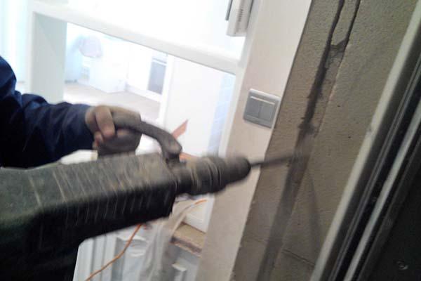 11月14日,我们和大华锦绣华城二期一单元402的以为业主签署了监控安防协议,准备为其安装两个监控摄像头,其中一个在门口,客厅一个,在施工中遇到了一些问题。主要是由于业主是精装修的房子,不详在明面上看见线路,需要在墙壁刨沟,做电镐砸墙的工人都知道,墙体刨沟会产生大量的粉尘,不光是装修工人,有过装修经历的业主也应该经历过,刨一条2米的沟槽,造成的室内粉尘跟烟幕弹差不多。所以,对于已经精装修的业主来说,是个不小的问题。